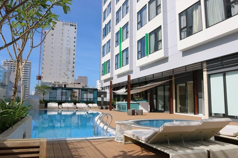 Hồ bơi ngoài trời tại khách sạn