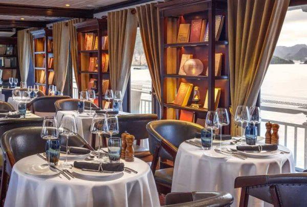 Thưởng thức bữa tối thịnh soạn tại nhà hàng Le Marin trên Du thuyền
