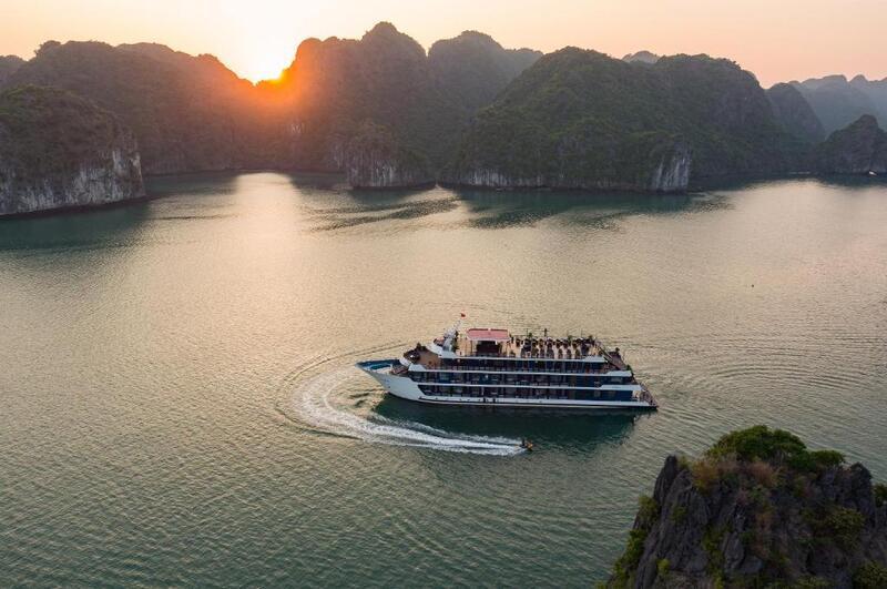 Quý khách lên du thuyền và ghé thăm khu vực nhà hàng thưởng thức đồ uống