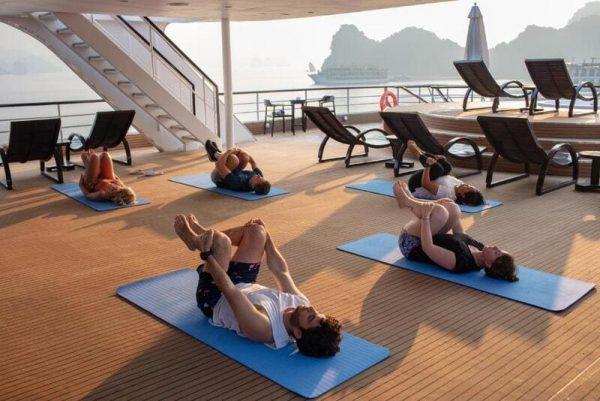 Bắt đầu ngày mới bằng buổi tập Yoga trên du thuyền