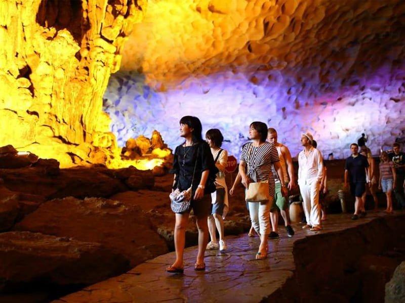 Quý khách thăm hang Thiên Cảnh Sơn